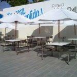 Mesas en exterioes de patio de comidas
