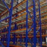 Racks industriales azules verticales