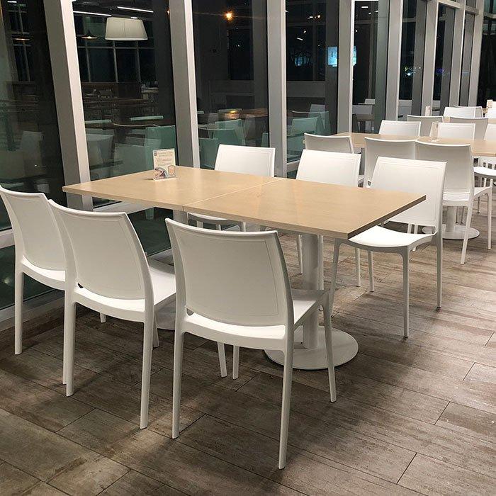 Mesas blancas con sillas para cafetería